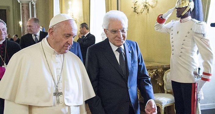 Papa Francisco visita o presidente italiano Sergio Mattarella, com o guarda brasileiro N.T., de 27 anos, ao fundo
