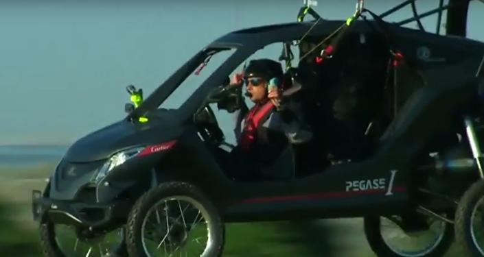 O piloto francês Bruno Vezzoli atravessou o canal da Mancha, que separa a ilha da Grã-Bretanha do norte da França, em um carro voador