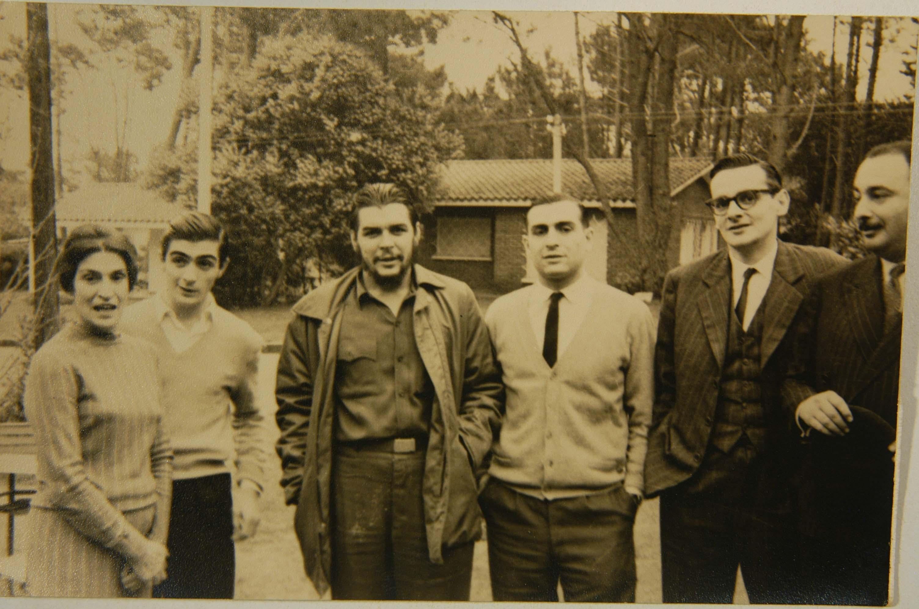 Da esquerda para direita: Celia Guevara, mãe de Che. Juan Martín Guevara (irmão). Ernesto Guevara. Roberto Guevara (irmão). Julio César Castro, jornalista e Carlos Figueroa, amigo da família. Punta del Este, Uruguai.