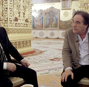 O presidente russo, Vladimir Putin e o cineasta estadunidense, Oliver Stone durante as gravações do especial The Putin Interviews