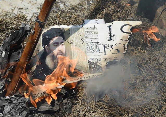 Foto queimada do líder terrorista al-Baghdadi no protesto em Nova Delhi realizado em 9 junho de 2017