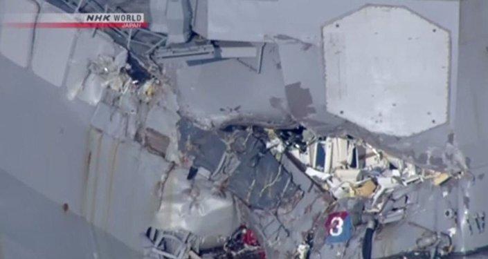 Colisão entre navio dos EUA e cargueiro deixa 7 desaparecidos