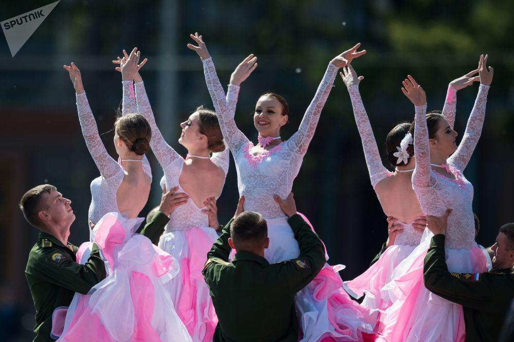 Bailarinas atuam no baile de finalistas em colégio militar