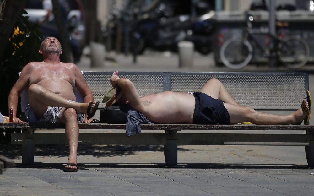 Moradores de Barcelona descansam na praia