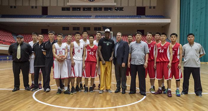 Com jogadores de basquete norte-coreanos em Pyongyang