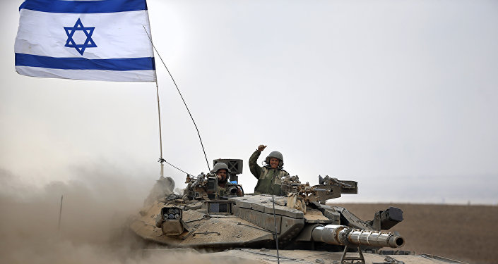 Soldados israelenses a bordo do tanque Merkava