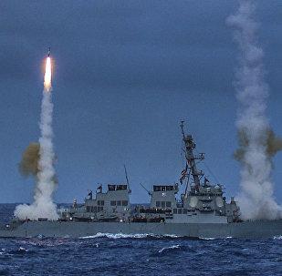 Destóier USS Fitzgerald, da Marinha dos Estados Unidos, disparando mísseis durante exercício naval (arquivo)