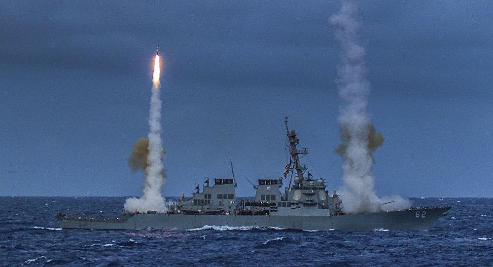 Destóier USS Fitzgerald, da Marinha dos Estados Unidos, disparando mísseis durante exercício Valiant Shield 2014 (arquivo)