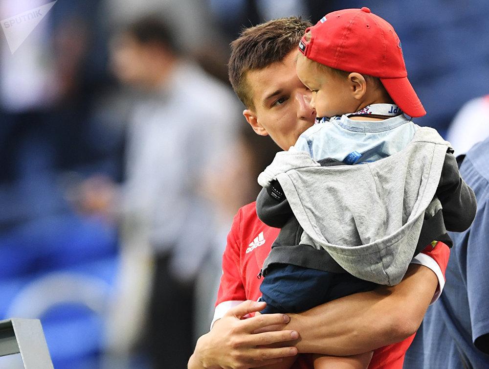 Dmitry Poloz fala com um pequeno torcedor após a primeira partida da anfitriã Rússia na Copa das Confederações 2017.