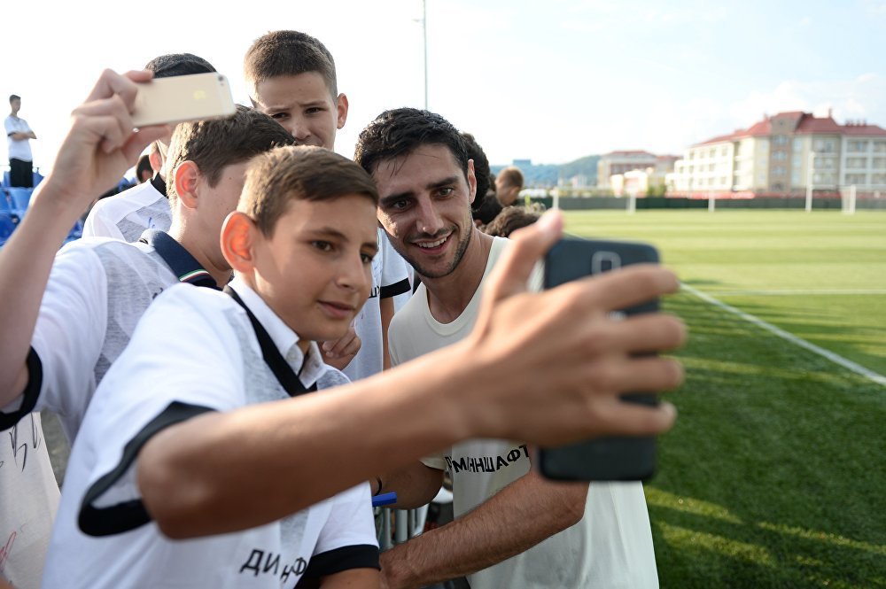 O jogador da seleção alemã Lars Stindl é fotografado por fãs durante uma sessão de treinamento antes da Copa das Confederações da FIFA de 2017.