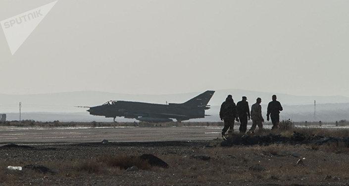 Avião Su-22 da Força Aérea síria na base de Homs [foto de arquivo)