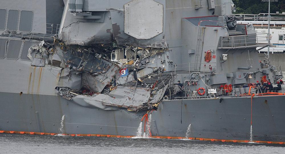 Destróier de mísseis guiados norte-americano USS Fitzgerald, da classe Arleigh Burke, danificado após colisão com um navio mercante filipino, em 18 de junho de 2017