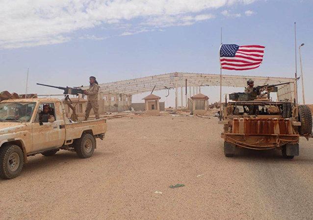 Militares americanos e rebeldes do Maghaweer al-Thawra, apoiado pelos EUA, em Tanf, no sul da Síria