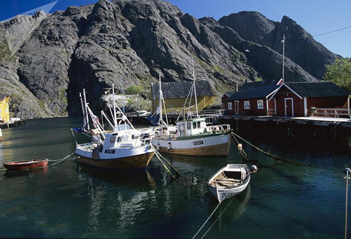 Cais perto de uma aldeia de pescadores, na Noruega