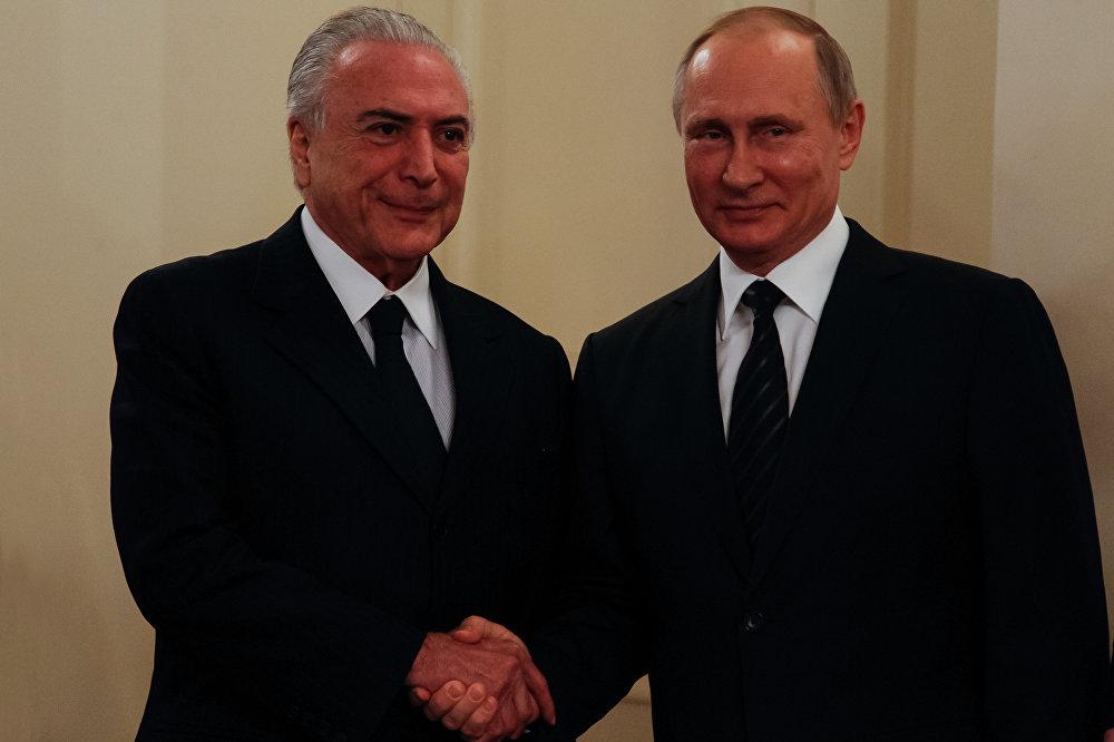 Aperto de mãos entre Temer e Putin durante encontro em Moscou, na Rússia