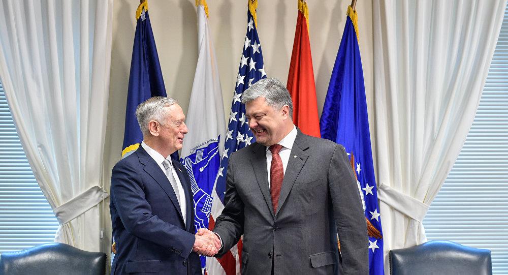 Presidente ucraniano, Pyotr Poroshenko, com James  Mattis, secretário de Defesa dos EUA