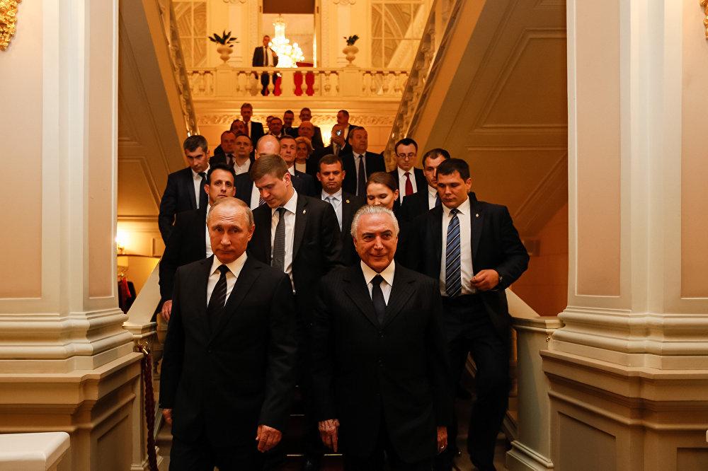 Comitivas de Michel Temer e Vladimir Putin acompanham os dois presidentes durante apresentação do Balé Bolshoi, em Moscou, na Rússia