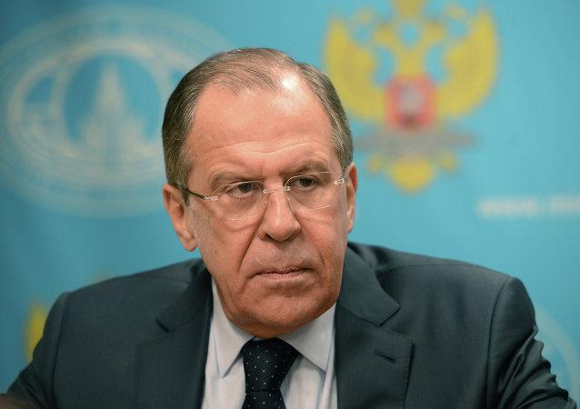 O chanceler russo, Sergei Lavrov, durante conversa com jornalistas