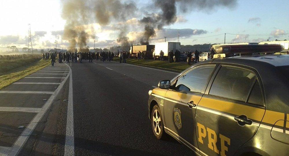 Carro da Polícia Rodoviária Federal durante uma manifestação no Paraná (arquivo)