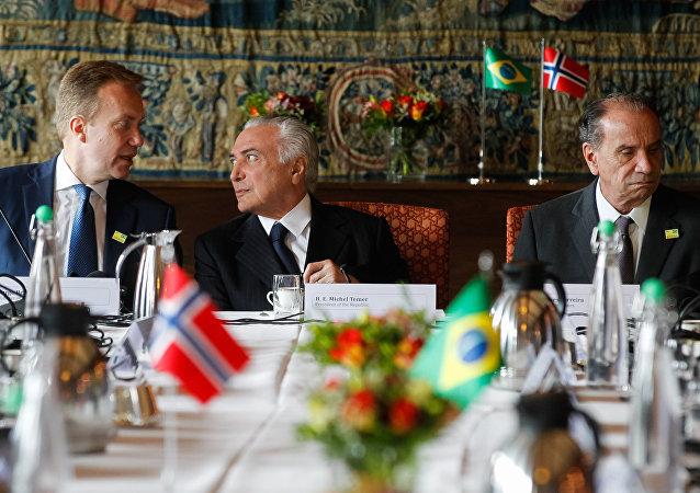 Michel Temer acompanhado do Ministro das Relações Exteriores da Noruega, Borge Brende, e do chanceler brasileiro, Aloysio Nunes, em Oslo