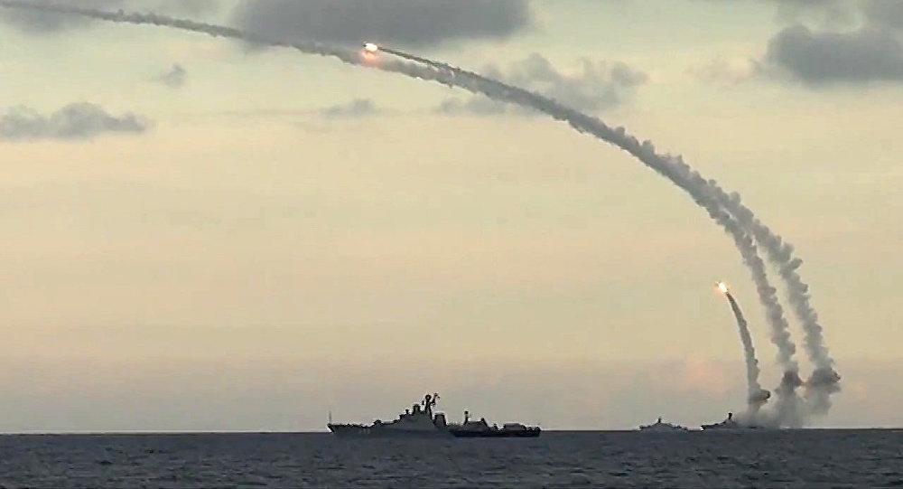 Navios russos lançam 6 mísseis contra posições de terroristas na Síria