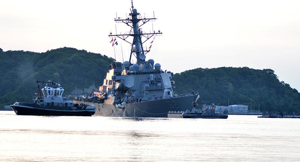 O destróier de mísseis guiados USS Fitzgerald da Marinha dos EUA regressa à base após colisão com o navio mercante filipino ACX Crystal