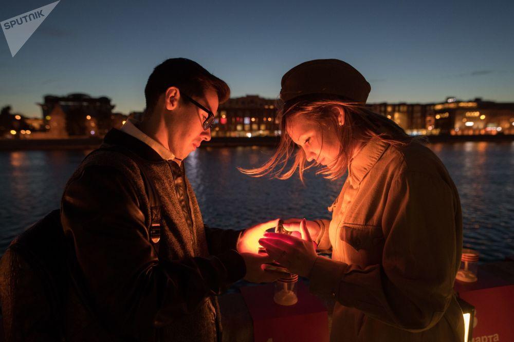 Ação patriótica Linha da Memória. Os participantes acendem velas e as lançam à agua em homenagem à memória das vítimas da Grande Guerra pela Pátria (parte da Segunda Guerra Mundial de que participou a Rússia).