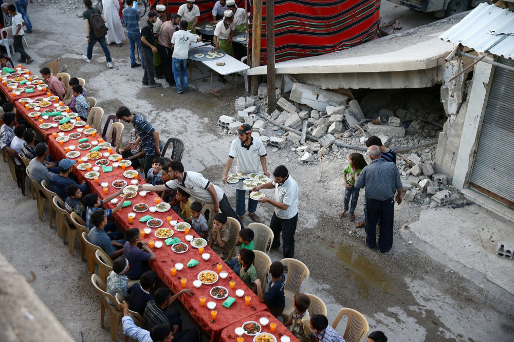 Iftar, refeição ingerida durante a noite e com a qual se quebra o jejum diário durante o mês islâmico do Ramadã, no subúrbio de Damasco, Síria