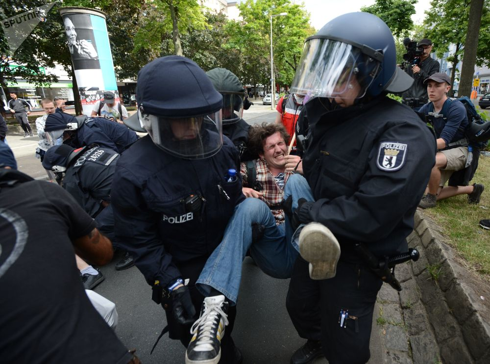 Polícia detém participantes de um protesto anti-imigrantes em Berlim, Alemanha