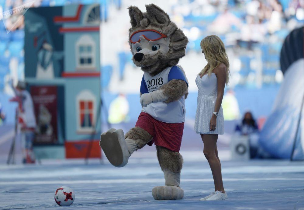 Talismã da equipe russa de futebol, o lobo Zabivaka, na cerimônia de abertura da Copa das Confederações em São Petersburgo