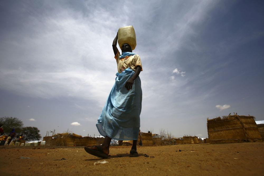 Mulher num campo de refugiados no Sudão