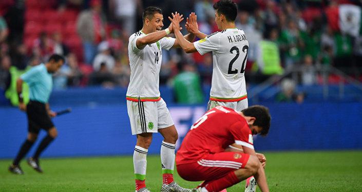 Seleção mexicana comemora a vitória sobre a Rússia e a classificação para as semifinais da Copa das Confederações em Kazan, na Rússia