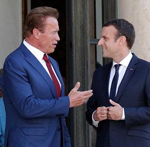 O ator austríaco e ex-governador do estado americano da Califórnia, Arnold Schwarzenegger, se encontra e conversa com o presidente francês Emmanuel Macron no Palácio Elysee, em Paris, na França