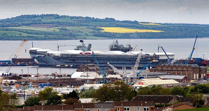 O maior navio da Marinha da Grã-Bretanha, o porta-aviões Queen Elizabeth, no estaleiro, Escócia, em 24 de maio de 2016