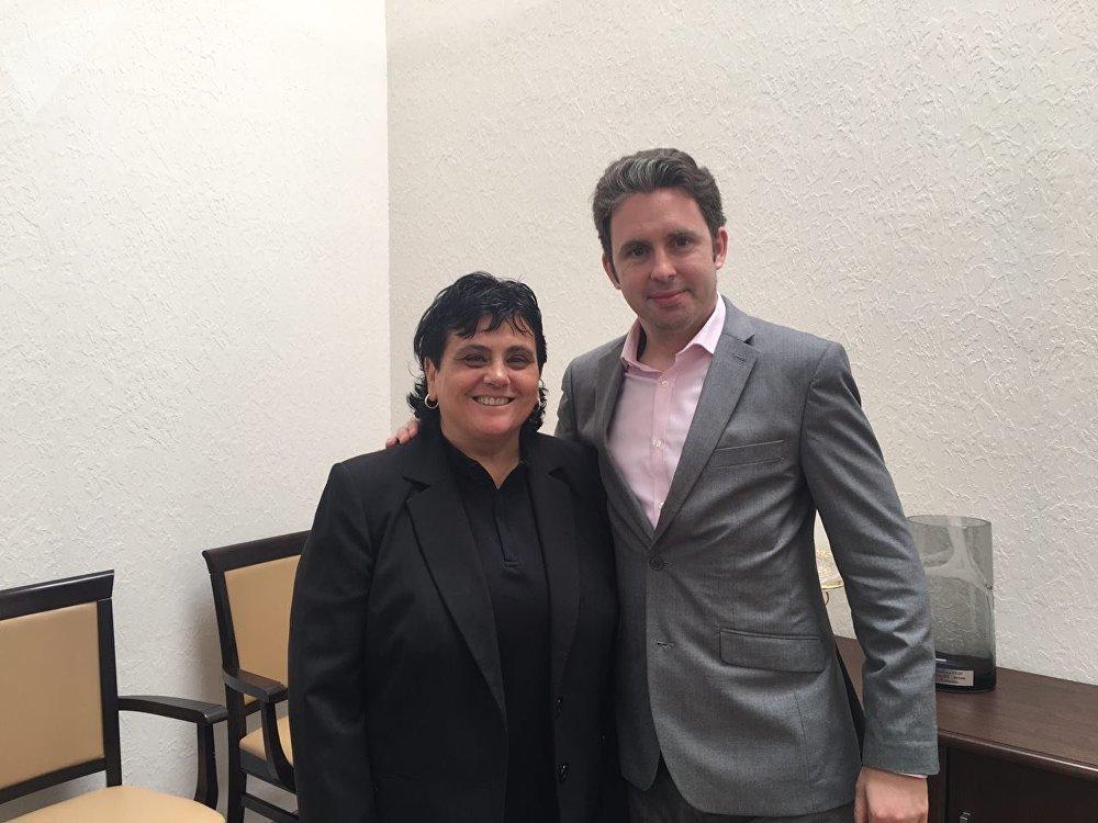 Dra. Thais Russomano, cientista brasileira e diretora da empresa InnovaSpace, e o estrategista da InnovaSpace, Dr. David Reggio, em Moscou, em 26 de junho de 2017