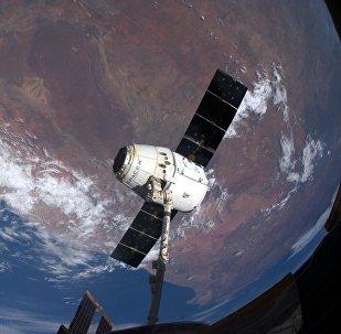 O caminhão espacial Dragon se separa da EEI e começa a viagem de volta para a Terra