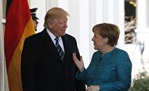 O presidente norte-americano, Donald Trump, saúda a chanceler alemã, Angela Merkel, na Casa Branca, em 17 de março de 2017