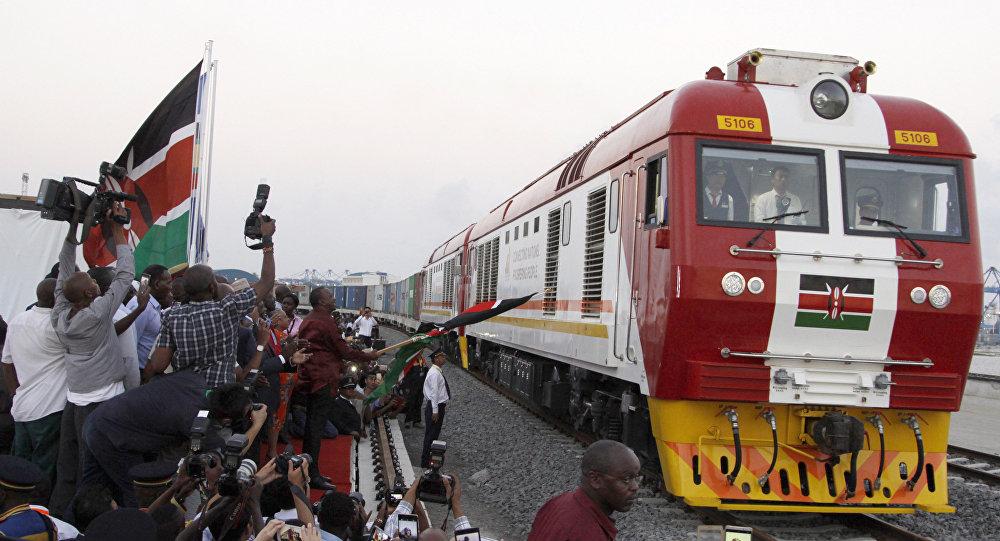O trem de carga SGR chega de Mombasa a Nairóbi em 30 de maio de 2017. A ferrovia foi inaugurada pelo presidente queniano Uhuru Kenyatta e foi construída com investimentos chineses