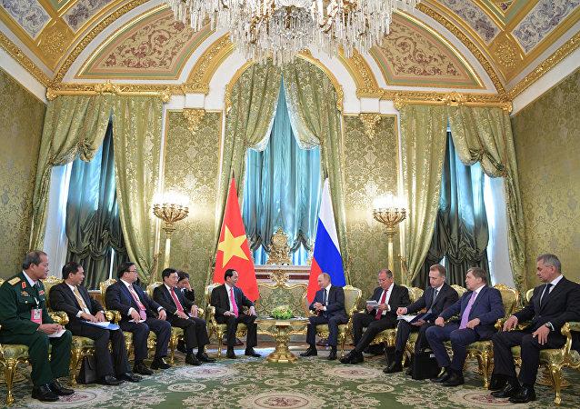 Presidente do Vietnã se reúne com o presidente da Rússia, Vladimir Putin