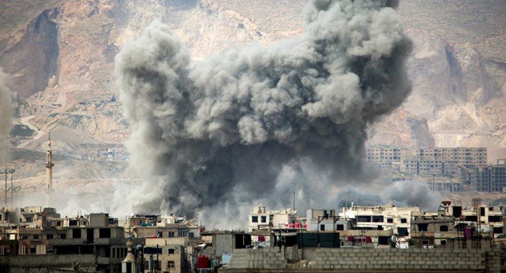 Fumaça após ataques aéreos da Força Aérea síria no leste de Damasco