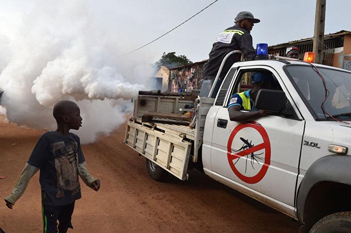 Desinfestação de mosquitos devido à propagação da dengue na Costa do Marfim