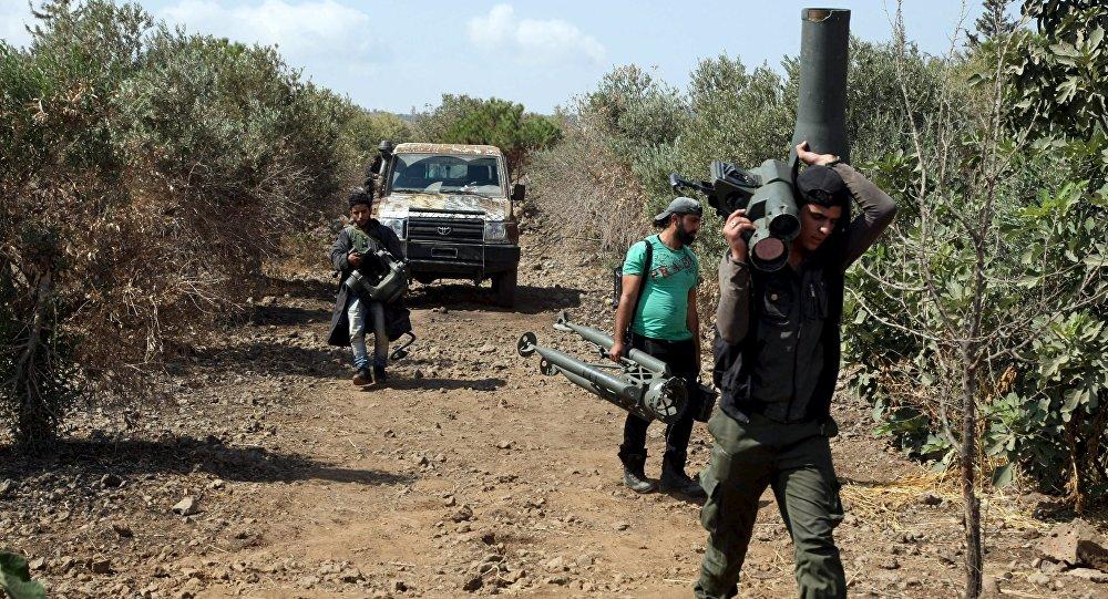 Militantes do Exército Livre da Síria carregam mísseis TOW em Deraa, em 30 de setembro de 2015