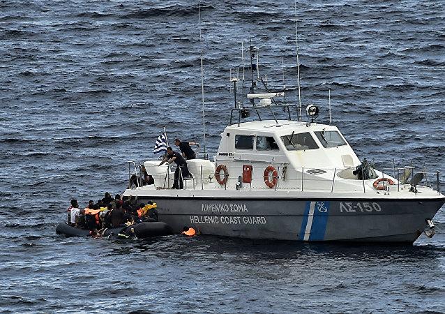Navio da guarda costeira grega resgatando pessoas