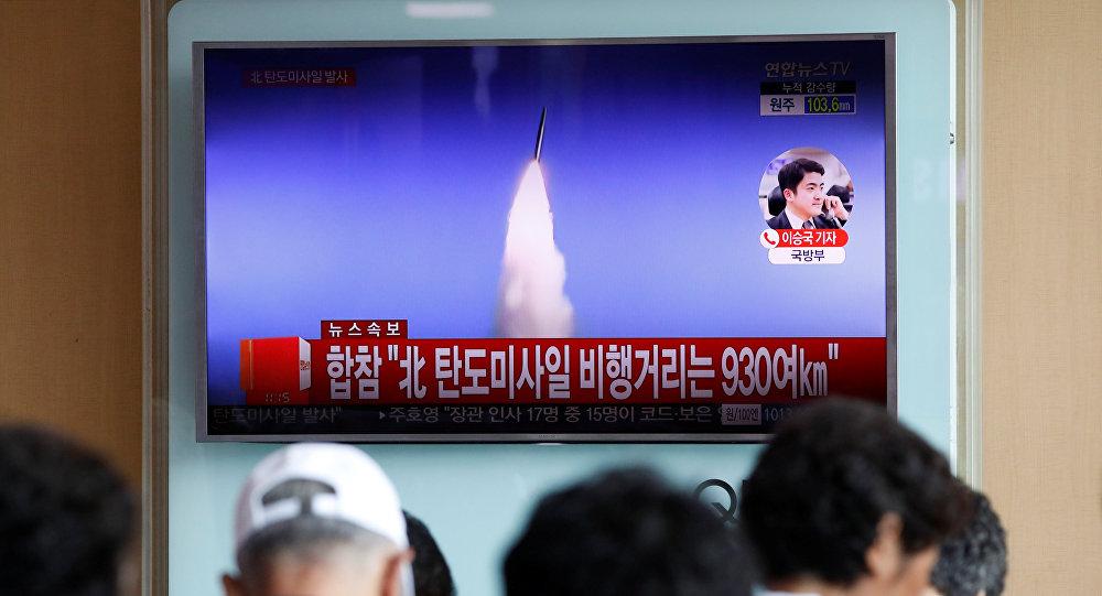 Pessoas em Seul vendo a notícia na TV sobre o teste de míssil balístico na Coreia do Norte, em 4 de julho de 2017