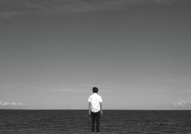 Garoto olha para o mar (In my Search)