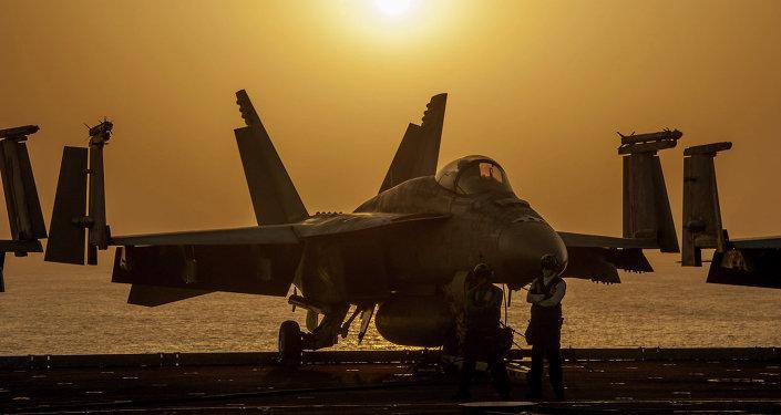 Um F/A-18E Super Hornet da Marinha dos EUA em 16 de outubro de 2014