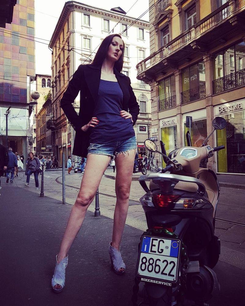 Ekaterina também está tentando estabelecer o novo recorde do Guinness pelas pernas mais longas do mundo