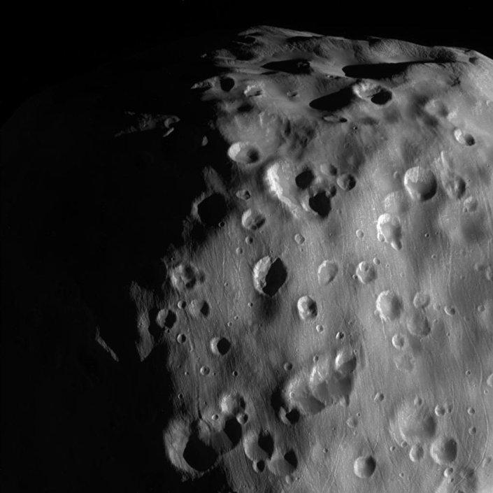 Vista de Epimeteu, uma das luas de Saturno