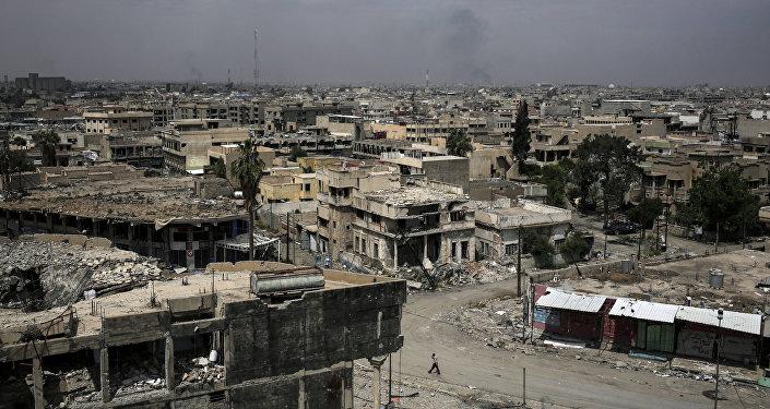 A cidade iraquiana de Mossul vista em 5 de maio de 2017, após combates intensos entre o exército do Iraque e os militantes do Daesh; a Human Rights Watch disse, em 14 de junho de 2014, que o uso de fósforo branco pela coalizão internacional punha a vida de civis em perigo