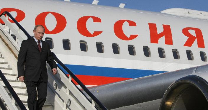 Presidente russo desce do avião presidencial da Força Aeroespacial russa (foto de arquivo)